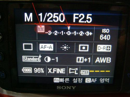 어두운 촬영 환경아래에서,왜 연속 촬영의 속도가 저하되나요?