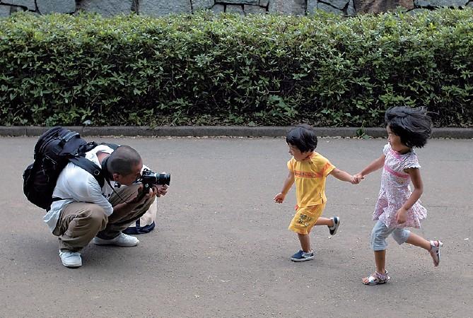 아이들의 움직임이 있는 몸짓을 담는 촬영기법(시선 맞추기)