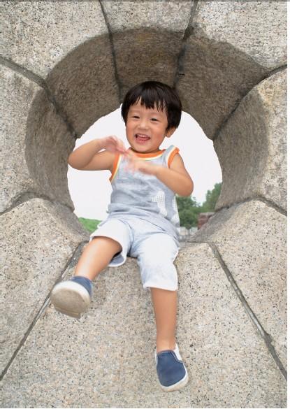 아이들의 움직임이 있는 몸짓을 담는 촬영기법(장면과 배경의 균형)